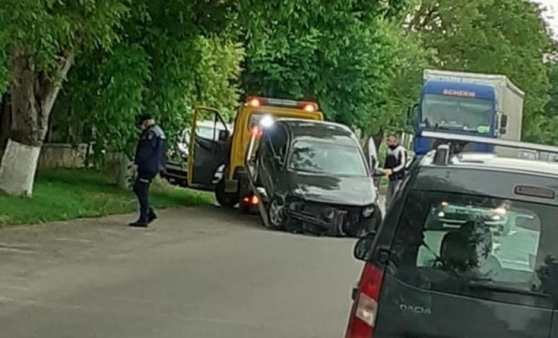 Două mașini distruse, după o manevră imprudentă