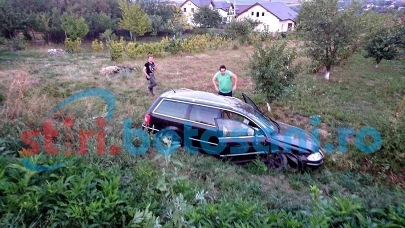 Două mașini distruse și un stâlp rupt, după o depașire riscantă! FOTO