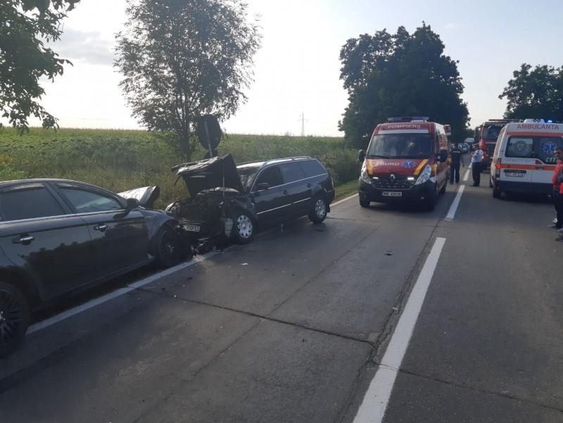Două mașini făcute praf la Zăicești, în urma unui impact frontal. Cinci persoane transportate la spital, printre care și doi copii