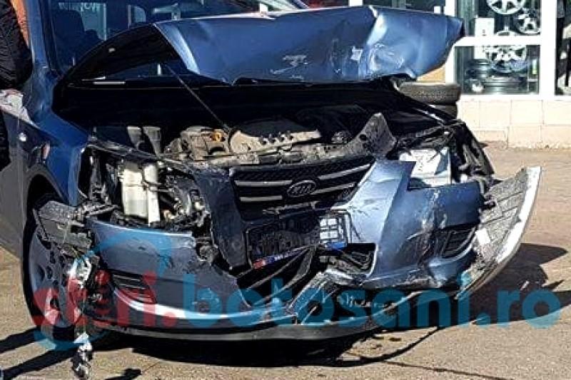 Doua mașini s-au ciocnit într-o intersecție din Botoșani, din vina unui tânăr de 19 ani!