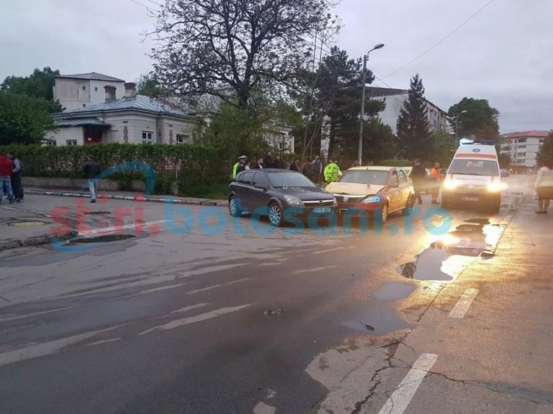 Două persoane au ajuns în spital în urma impactului a două autoturisme într-o intersecţie! FOTO