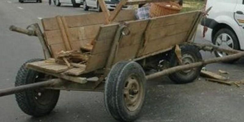 Două persoane la spital, după ce mașina unui botoșănean s-a izbit într-o căruță!