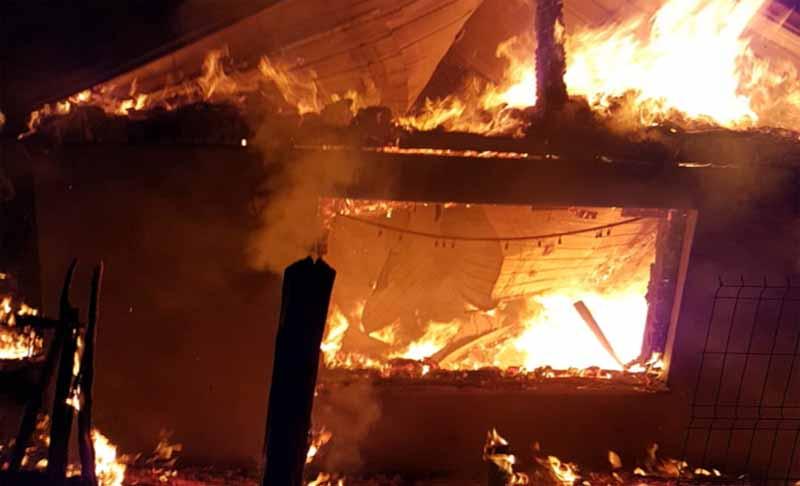 Dramă în această noapte la Teioasa, în Darabani. O casă a luat foc, iar părinții și pompierii căutau un copil rămas dispărut în flăcări!