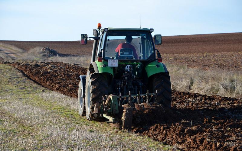 Dramă în Săptămâna Mare: Un bărbat a murit lângă tractorul cu care ara pe câmp