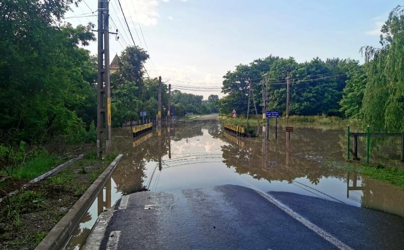 Drumul național dintre Rădăuți Prut și Rediu a fost închis temporar până se retrage Prutul