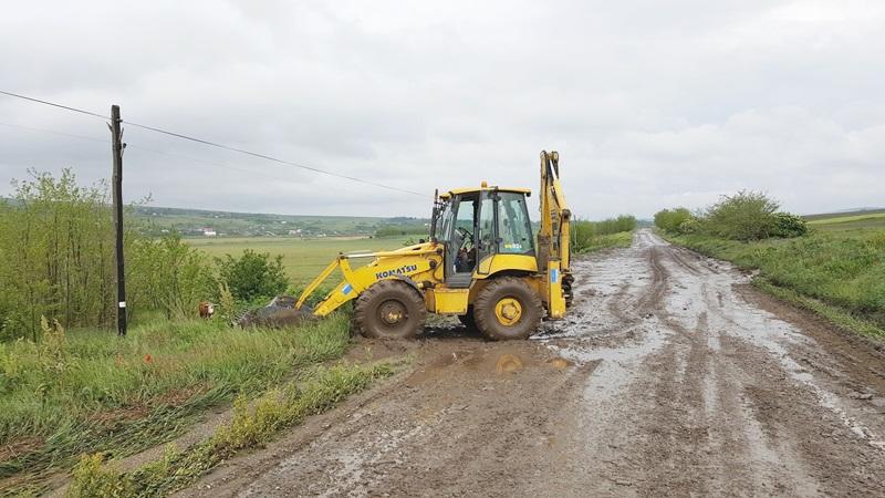 Drumuri distruse de ploile din ultimele zile