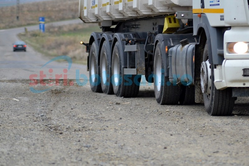 Drumurile judeţene, tranzitate de marii transportatori ce contribuie la deteriorarea asfaltului