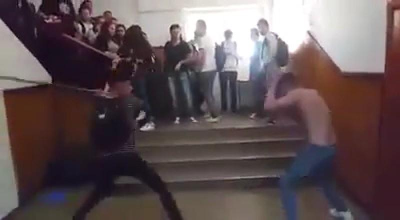 Duel între elevi, de la o fată, terminat la spital şi cu o anchetă a poliţiei