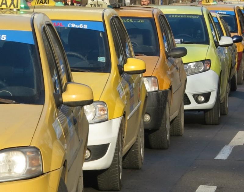 După 2 ani, guvernanții au constatat că nu pot amenda taximetriștii fără autorizație și schimbă legea