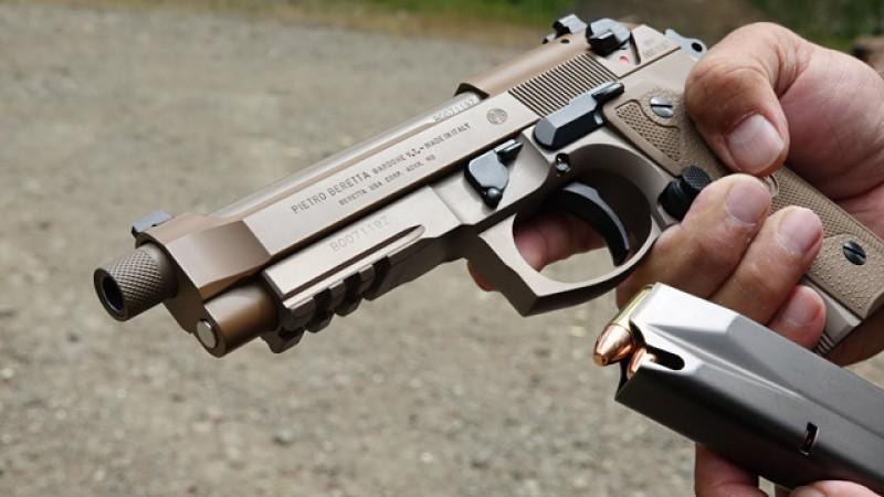 După 40 de ani, pistoale Carpați devin istorie: polițiștii vor primi pistoale Beretta