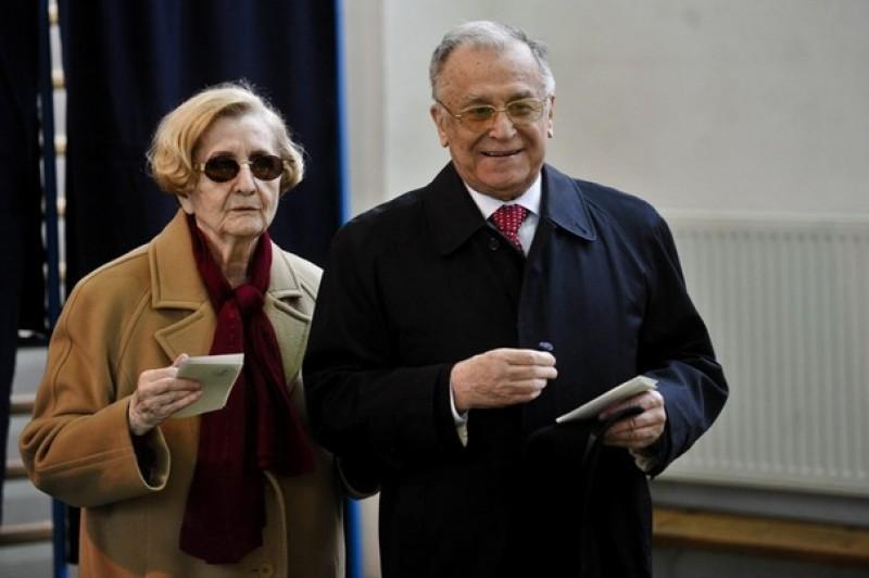 După 66 de ani de căsătorie, Ion Iliescu îşi distruge albumele de familie. Care este motivul acestei decizii