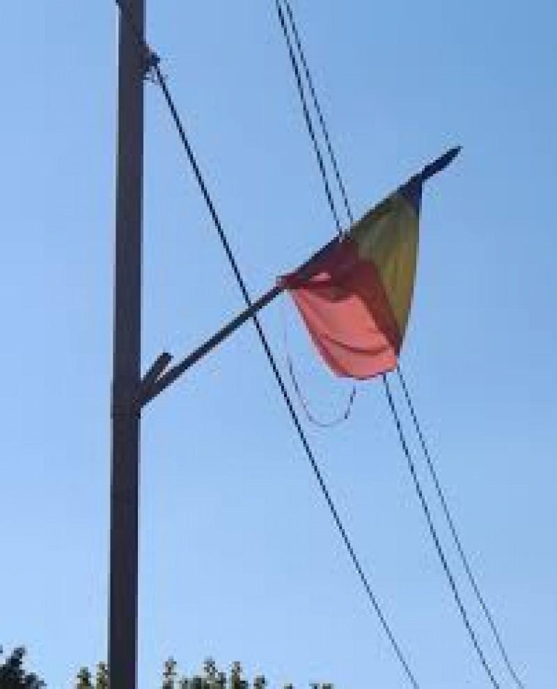 """Durerea unui consilier local: Steagurile """"ferfeniţă"""" din oraş"""