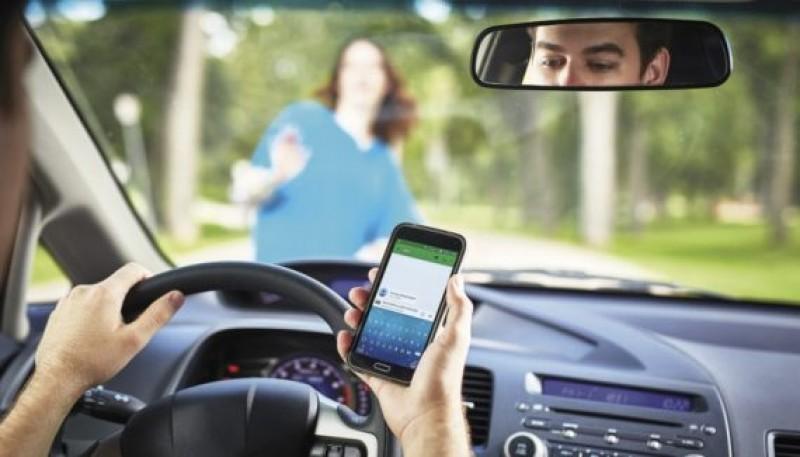 E oficial: Guvernul a adoptat prevederile care sancţionează şoferii care fac live la volan!