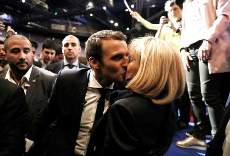 """Ea ar putea fi Prima Doamnă a Franței: Soţia lui Emmanuel Macron, cu 25 de ani mai bătrână decât politicianul francez: """"La 17 ani mi-a spus că voi fi soţia lui"""""""
