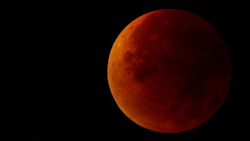 Eclipsă totală de Lună la noapte! La ce oră va fi vizibilă Super-Luna Sângerie