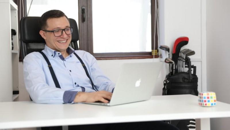 El este românul care a făcut peste 300.000 de euro într-un an, după ce a scos ziua de luni din program!