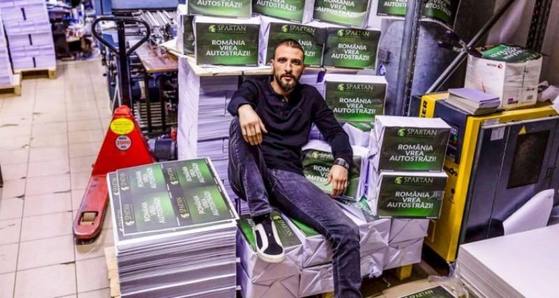 """El a printat 3 milioane de afișe cu mesajul """"România vrea autostrăzi"""". """"Unii mi-au blocat afișele, dar nu mă opresc pentru nimic în lume!"""""""