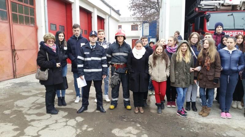 Elevi ajutaţi de pompieri să-şi decidă viitorul! FOTO