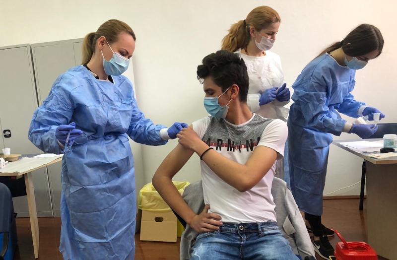 """Elevii Colegiului """"A.T Laurian"""" şi Liceului """"Dimitrie Negreanu"""" s-au alăturat campaniei de vaccinare împotriva Covid19"""