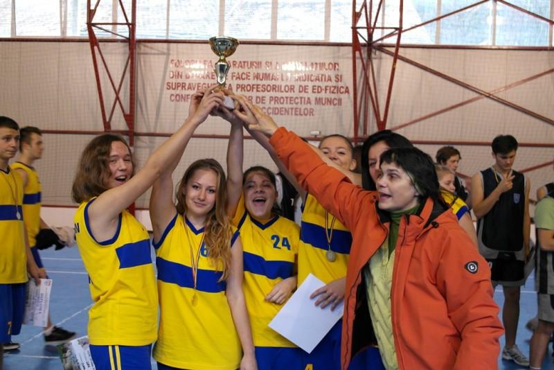 "Elevii de la ""A.T. Laurian"", premiati la Cupa Prieteniei la baschet de la Campulung - FOTO"