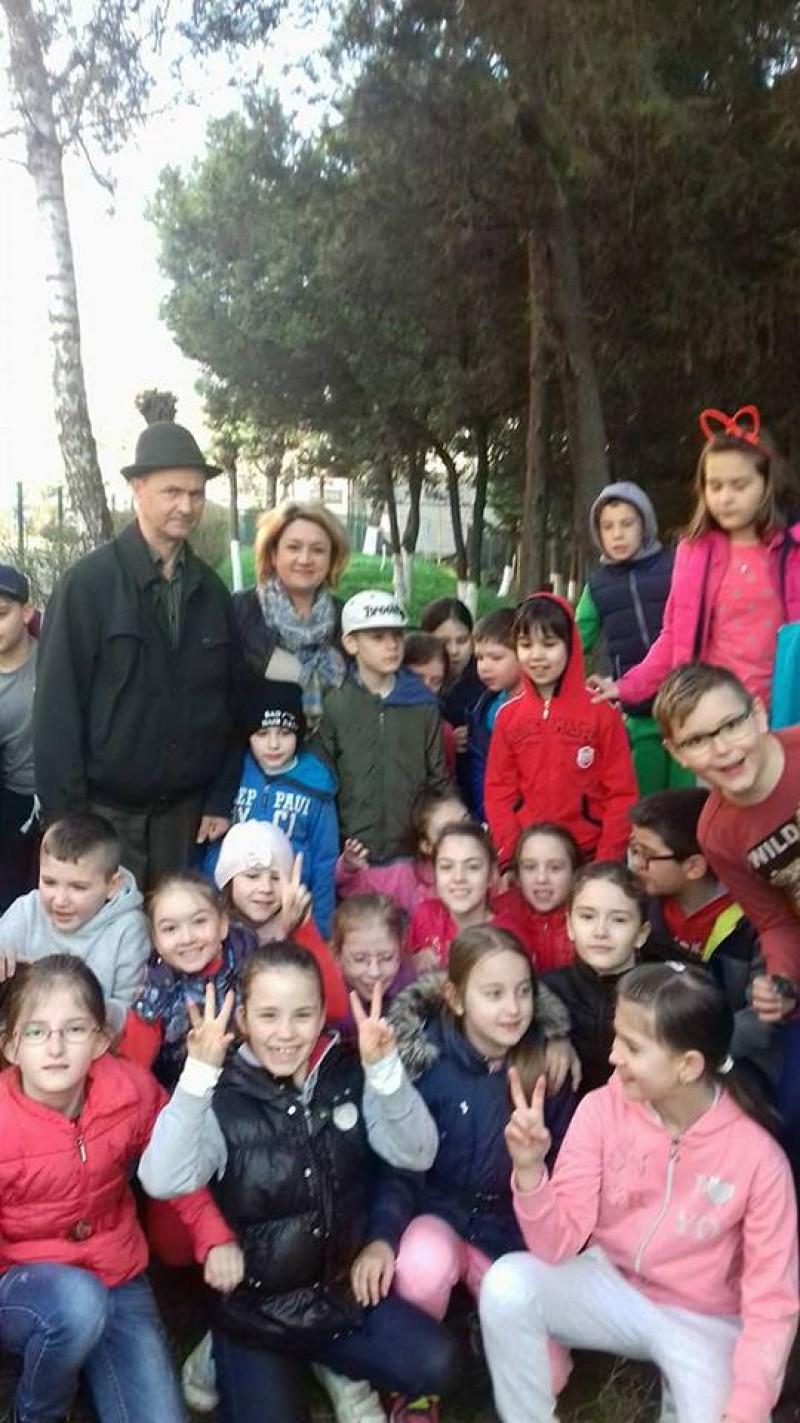 """Elevii de la Școala 12, Școala 7 și Liceul Pedagogic Botoșani, împreună în Luna Pădurii: """"Fiecare om, un pom""""! FOTO"""