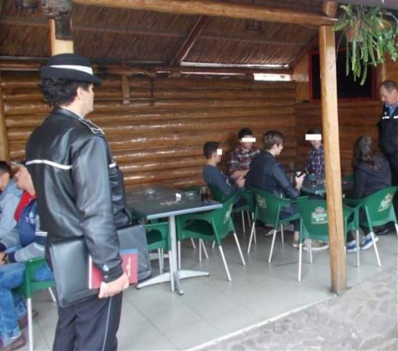 Elevii din municipiul Botoșani, scoși din baruri și trimiși la școală! FOTO