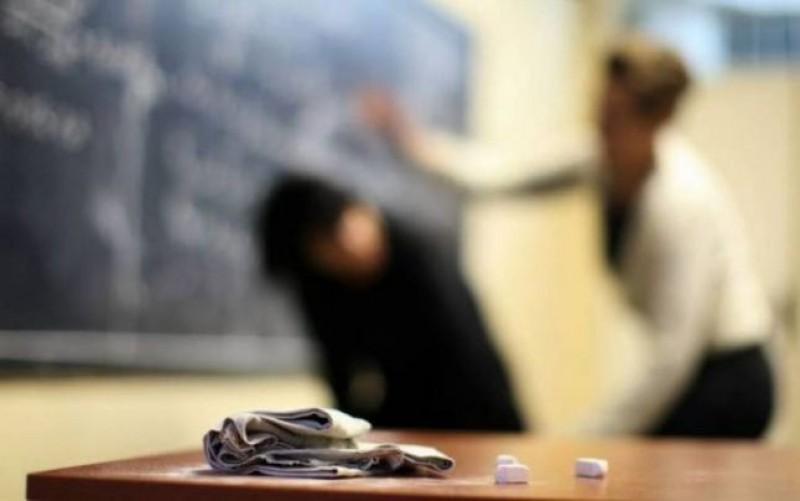 Elevii, îngrijorați că nu vor mai putea filma eventualele abuzuri sau acte de violență dacă vor depune telefonul mobil la începutul orei!
