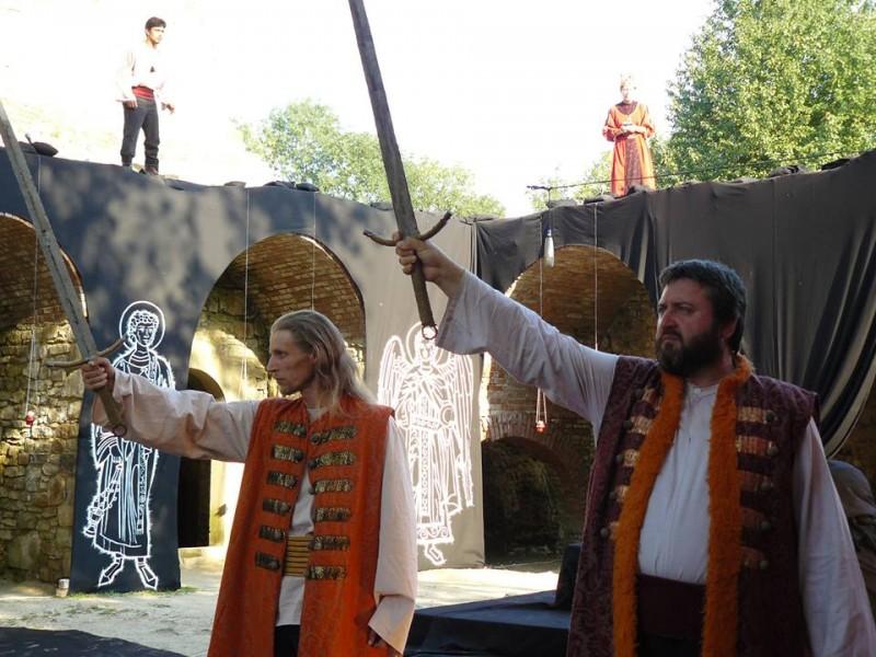 """Eveniment teatral în Cetatea de Scaun Suceava: Teatrul """"Mihai Eminescu"""" Botoșani prezintă spectacolul """"Apus de Soare""""! FOTO"""