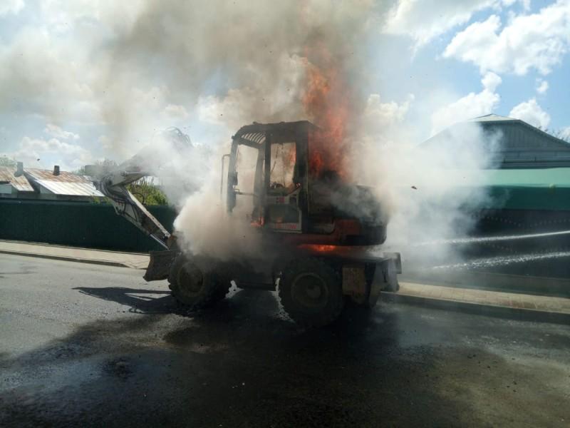 Excavator cuprins de flăcări pe o stradă din Dorohoi! FOTO