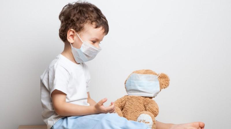 Experții din sănătate: Copiii sub 5 ani nu ar trebui să poarte măști de protecție