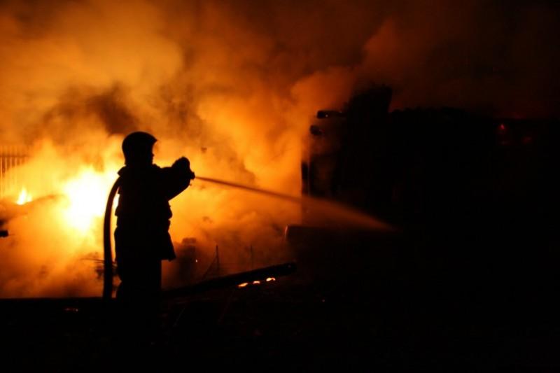 Fabrică din Botoşani cuprinsă de flăcări