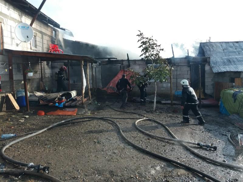 Familie cu trei copii rămasă fără acoperiș, după un incendiu (video)