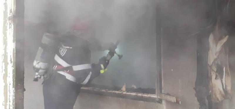 Familie la un pas de a rămâne fără acoperiș deasupra capului, după ce un incendiu i-a cuprins locuința