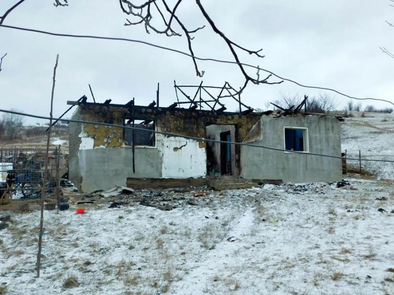 Familie rămasă fără casa distrusă într-un incendiu, ajutată de Crucea Roşie - FOTO