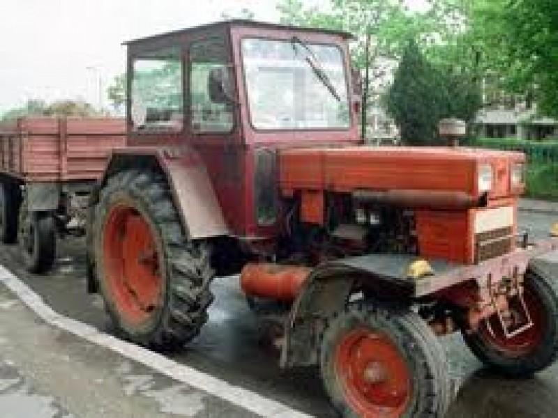 Fără permis, a furat un tractor şi a pornit la plimbare: Aventura s-a terminat într-un gard!