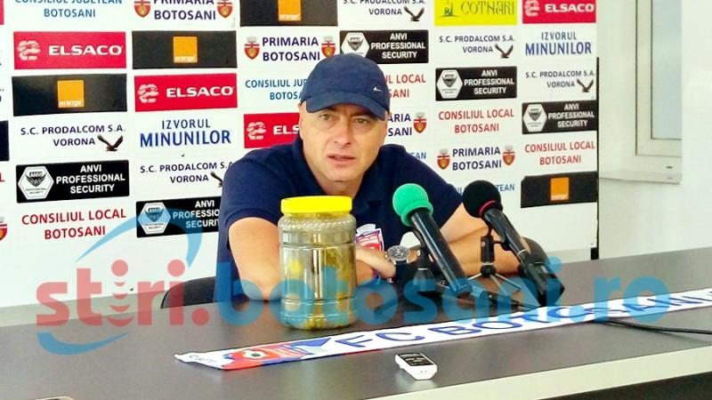 """FAZA ZILEI! Leo Grozavu a venit la conferință cu castraveți murați: """"Asta este valoarea fotbalului românesc"""""""