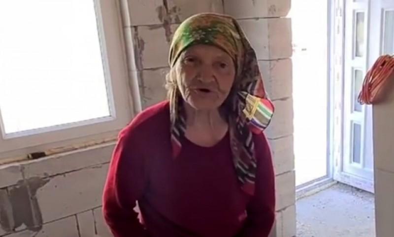 Femeia de 80 de ani care se încălzea în timpul iernii cu coceni, are acum o locuință nouă