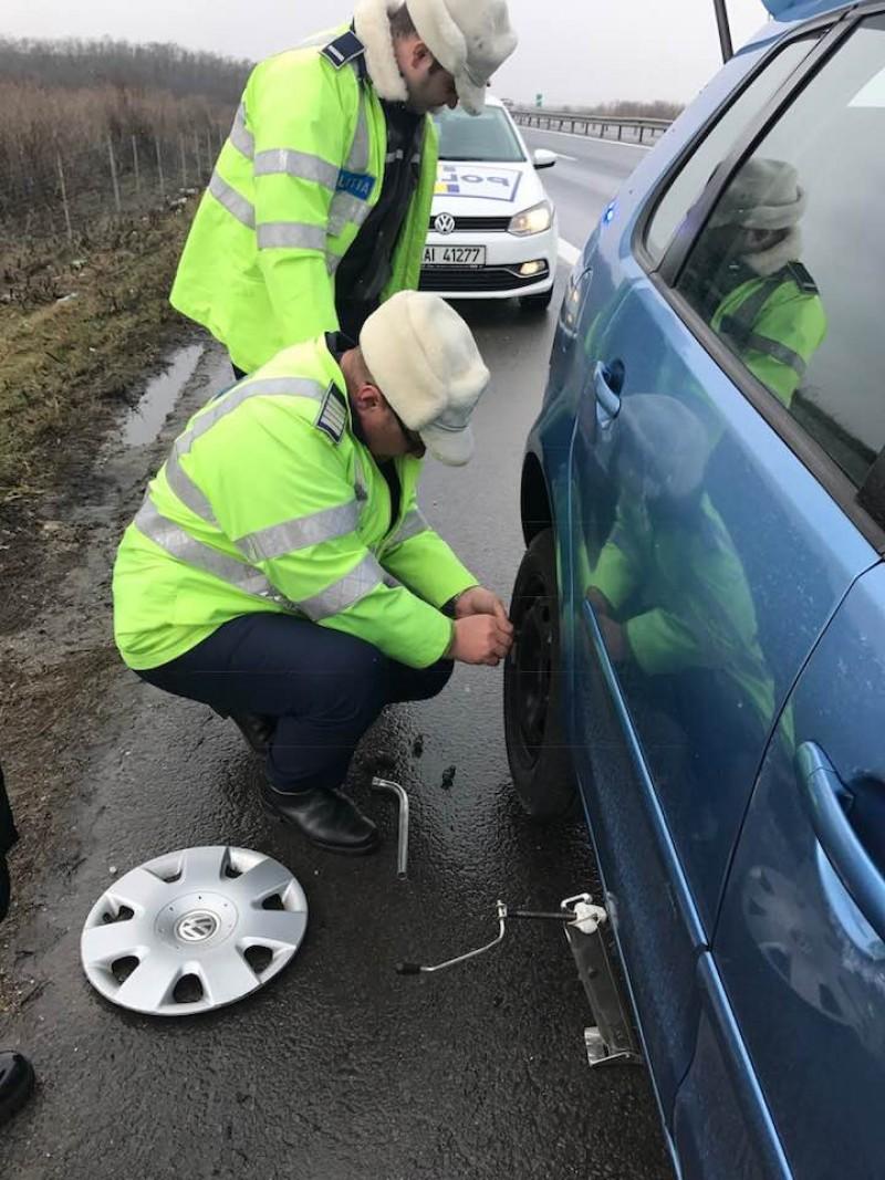 """Femeia pentru care doi poliţişti au oprit pe A1 să-i schimbe pneul spart: """"Nu le ştiu numele, însă acum le cunosc sufletul"""""""