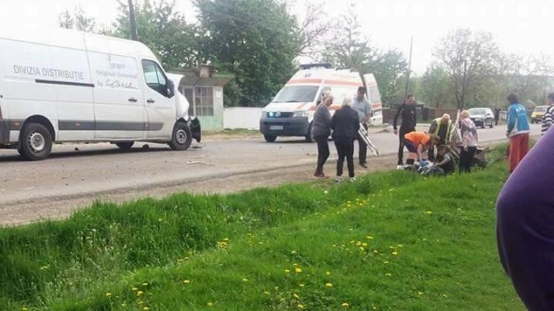 Femeie aruncată într-un şanţ după ce atelajul hipo în care se afla a fost lovit de o autoutilitară! FOTO