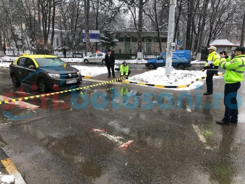 Femeie lovită pe trecerea de pietoni, la intrarea într-un sens giratoriu din municipiul Botoşani