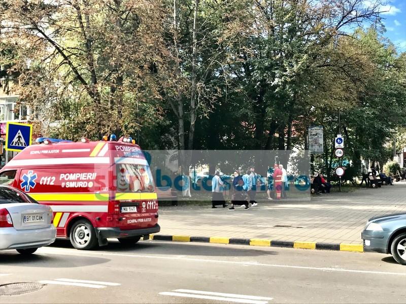 Femeie luată de ambulanță de pe Unirii