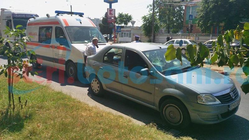 Femeie luată pe capota unei mașini pe trecerea de pietoni! FOTO
