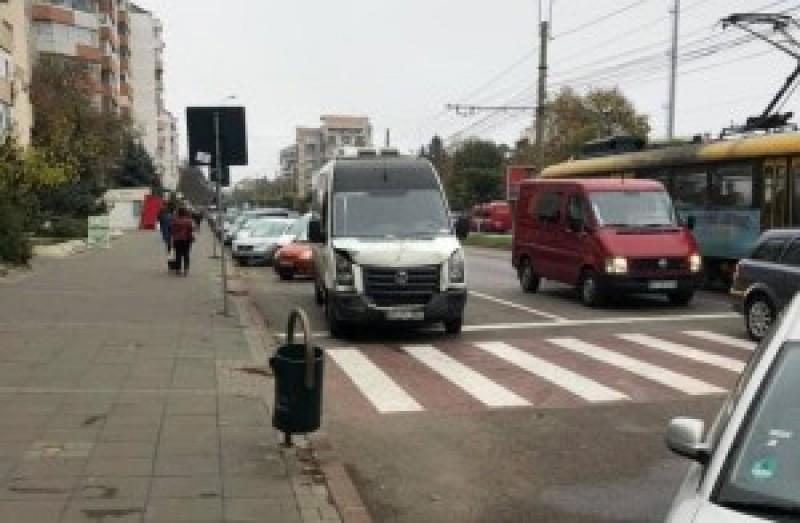 Femeie rănită, după ce un șofer nu a păstrat distanța față de mașina pe care o conducea aceasta
