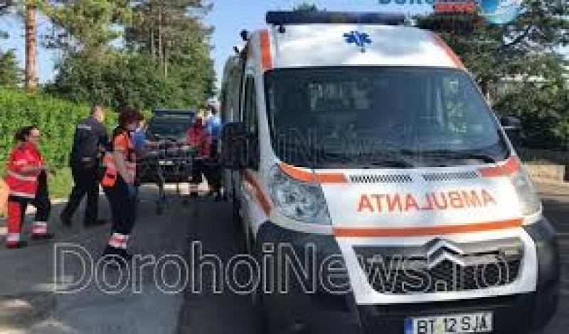 Femeie salvată de jandarmi după ce poarta de la intrarea în curte a căzut peste ea