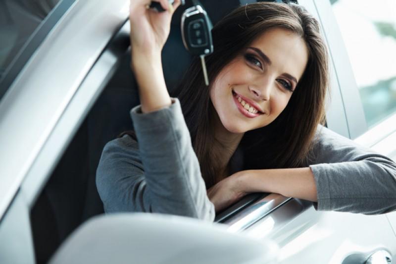 Femeile preferă maşinile compacte-medii şi SUV-urile, bărbaţii sunt atenţi la culoare