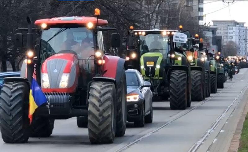 Fermierii de la Botoșani au scos zeci de tractoare în stradă. Protestează pentru că nu sunt ajutați de Guvern - Foto&Video