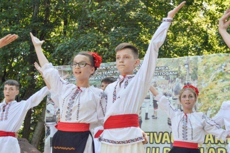 """Festival folcloric, în parcul """"Eminescu"""" din Botoșani"""