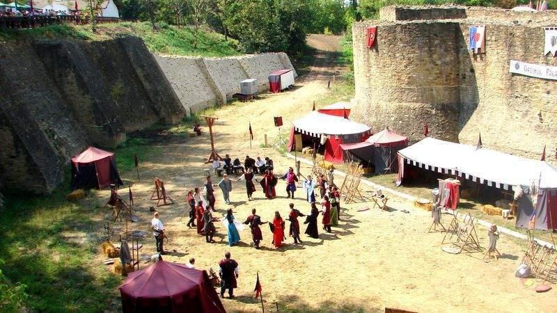 Festivalul de Artă Medievală din Suceava, promovat printr-o expoziție de fotografie în aer liber în municipiul Botoșani