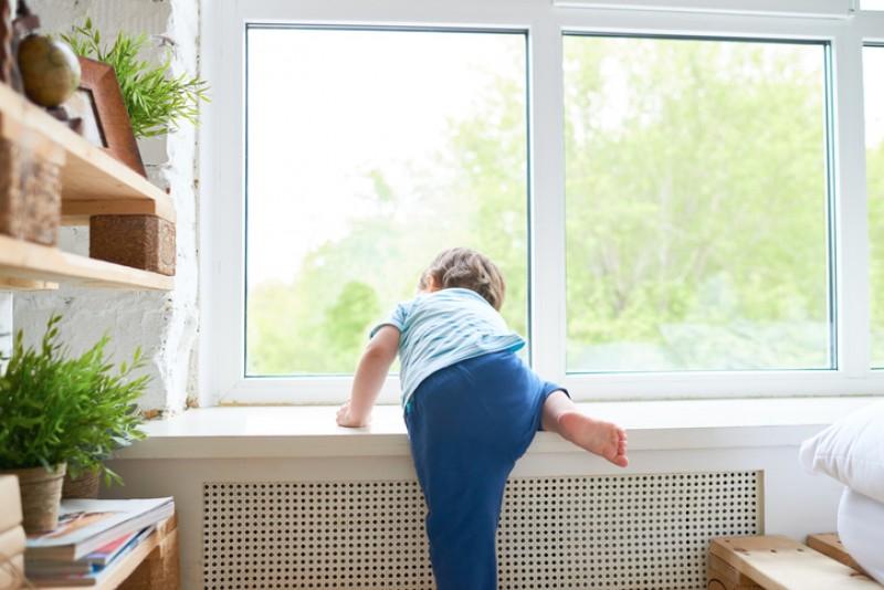 Fetiță de doar trei ani a căzut la etajul doi
