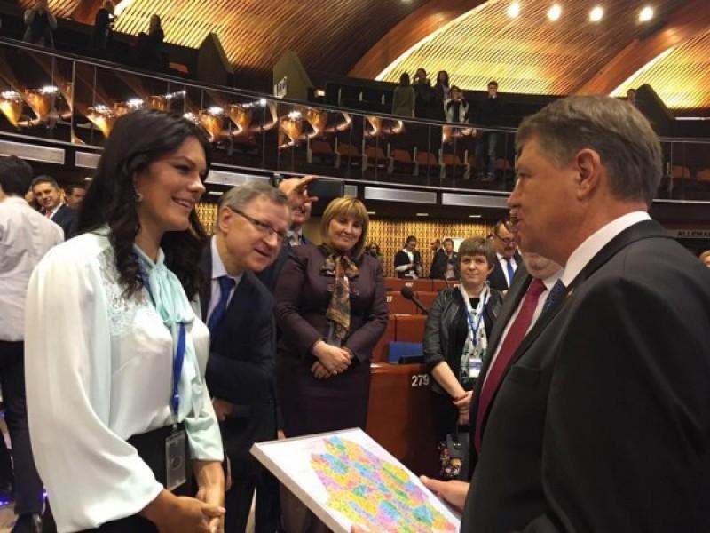 Fiecare cu harta lui: Deputații Republicii Moldova i-au dăruit lui Iohannis harta României Mari!